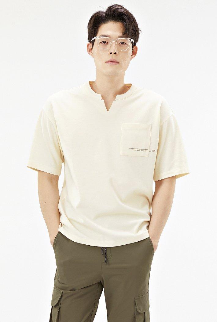 남성 세미오버핏 넥변형 포켓 그래픽 티셔츠-ABRK5821D05