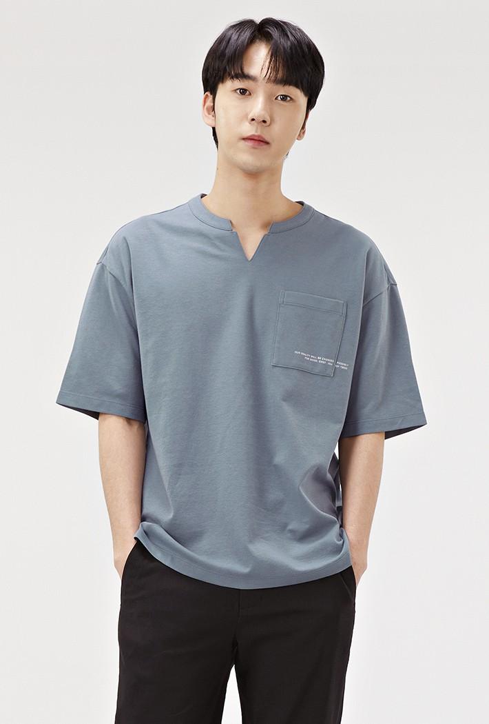 남성 세미오버핏 넥변형 포켓 그래픽 티셔츠ABRK5821D0N
